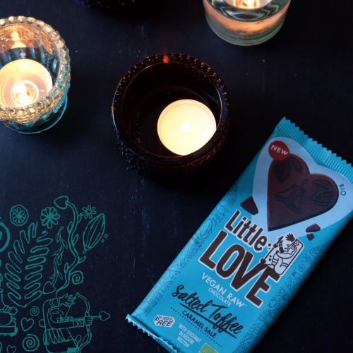 Raw chocolate + Salt = The best you can give chocolate 💙⁠ Salty sweetness in loving harmony with delicious raw chocolate... Take a moment and try to experience all the pure taste of raw chocolate in combination with salt. ⁠ What do you taste? How do you feel?